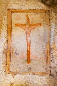 Crucifix fresco in a cave church in the Sassi area of Matera, Basilicataの写真素材 [FYI03779047]