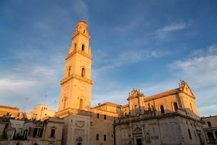 Campanile and Cattedrale di Santa Maria Assunta in the baroque city of Lecce, Pugliaの写真素材 [FYI03779062]