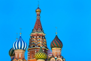 Onion domes of St. Basil's Cathedral in Red Square illuminated at night, Moscow, Russiaの写真素材 [FYI03779092]