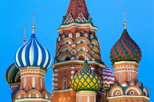 Onion domes of St. Basil's Cathedral in Red Square illuminated in the evening, Moscow, Russiaの写真素材 [FYI03779093]
