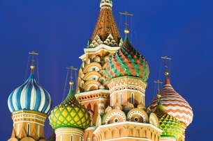 Onion domes of St. Basil's Cathedral in Red Square illuminated at night, Moscow, Russiaの写真素材 [FYI03779097]