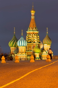 Onion domes of St. Basil's Cathedral in Red Square illuminated at night, Moscow, Russiaの写真素材 [FYI03779098]