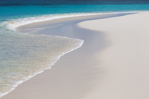 The crystal clear water of the Indian Ocean and a deserted beach on an island in the Maldivesn Oceanの写真素材 [FYI03779136]