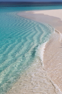 The crystal clear water of the Indian Ocean on an island in the Maldivesn Oceanの写真素材 [FYI03779137]