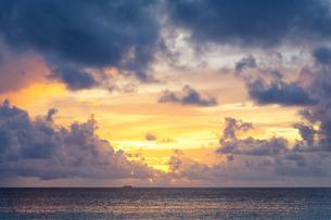 Sunset over the Indian Ocean in the Maldivesn Oceanの写真素材 [FYI03779141]
