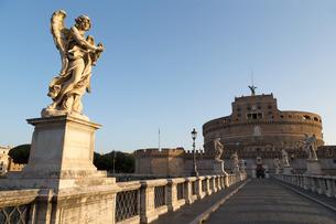 Angel statues on Ponte Sant' Angelo bridge with Castel Sant' Angelo, Rome, Lazioの写真素材 [FYI03779153]