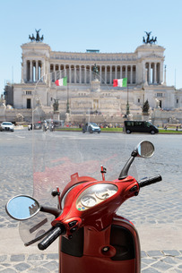 Scooter parked in Piazza Venezia with the Victor Emmanuel Monument, Rome, Lazioの写真素材 [FYI03779164]