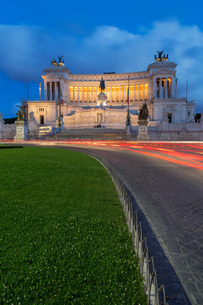 Moving traffic around Piazza Venezia with the Victor Emmanuel Monument at night, Rome, Lazioの写真素材 [FYI03779179]
