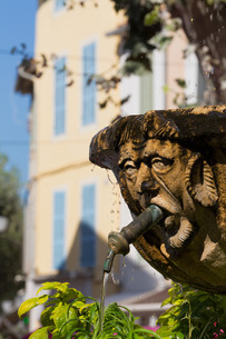 Fountain in the form of a man in Cassis old town, Cassisの写真素材 [FYI03779223]