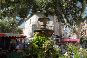 Traditional open air market in the historic town of Cassis, Cote d'Azurの写真素材 [FYI03779224]