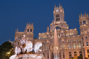 Fountain and Cybele Palace, formerly the Palace of Communication at night, Plaza de Cibeles, Madridの写真素材 [FYI03779279]