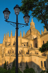 Plaza Mayor and the imposing Gothic Cathedral of Segovia, Castilla y Leonの写真素材 [FYI03779286]