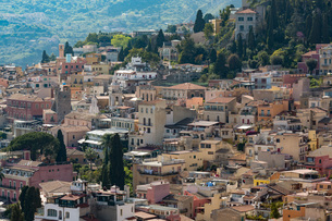View of the hill town of Taormina, Sicilyの写真素材 [FYI03779340]