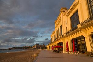 The beach, Casino and promenade in Biarritz, Pyrenees Atlantiques, Aquitaineの写真素材 [FYI03779357]