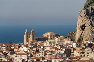 Distant view of Cathedral, Cefalu, Sicilyの写真素材 [FYI03779392]