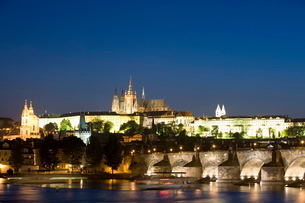 Charles Bridge, with St. Vitus's Cathedral, Royal Palace, and Castle on skyline, seen from across thの写真素材 [FYI03779422]