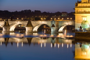 Charles Bridge and Smetana Museum reflected in the River Vltava, Old Town, Pragueの写真素材 [FYI03779427]