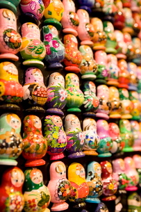 Display of Russian doll fridge magnets in shop, Old Town, Pragueの写真素材 [FYI03779454]