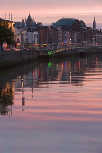 River Liffey at dusk, Ha'penny Bridge, Dublinの写真素材 [FYI03779457]