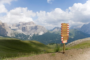 Signpost on a footpath in the Dolomitesの写真素材 [FYI03779474]