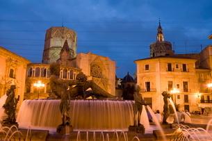 fountain, tower el Miguelet, cathedral, Plaza de La Virgen, evening, Valencia, Costa del Azaharの写真素材 [FYI03779510]
