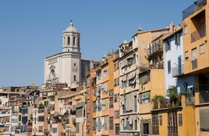 Cathedral and brightly painted houses on the bank of the Riu Onyar, old town, Girona, Cataloniaの写真素材 [FYI03779554]