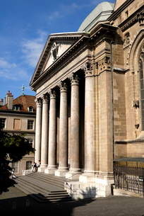 Front facade of St. Pierre Cathedral, old town, Genevaの写真素材 [FYI03779578]