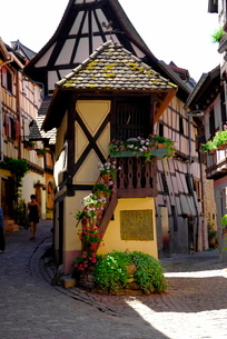 Timbered houses on cobbled street, Eguisheim, Haut Rhin, Alsaceの写真素材 [FYI03779586]