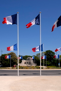 French flags and modern sculpture, Place de la Republique, Reims, Marne, Champagne-Ardenneの写真素材 [FYI03779597]