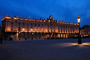 Evening floodlit view of the Hotel de Ville, Place Stanislas, Nancy, Lorraineの写真素材 [FYI03779617]