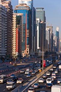 Sheikh Zayed Road, traffic and new high rise buildings along Dubai's main road, Dubai, United Arab Eの写真素材 [FYI03779636]