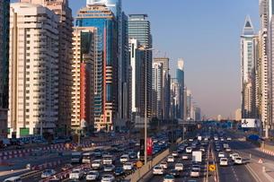 Sheikh Zayed Road, traffic and new high rise buildings along Dubai's main road, Dubai, United Arab Eの写真素材 [FYI03779637]