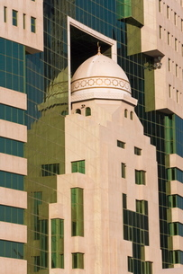 Ministry of Education building featuring a mosque dome set in the glass frontage, Doha, Qatar, Middlの写真素材 [FYI03779666]