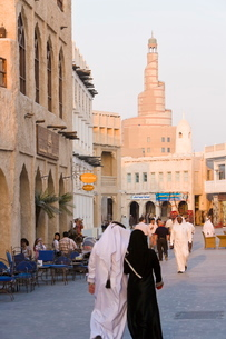The restored Souq Waqif looking towards the spiral mosque of the Kassem Darwish Fakhroo Islamic Centの写真素材 [FYI03779671]