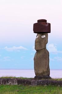 Ahu Ko Te Riku, the only topknotted and eyeballed Moai on the Island, Rapa Nui (Easter Island)の写真素材 [FYI03779705]