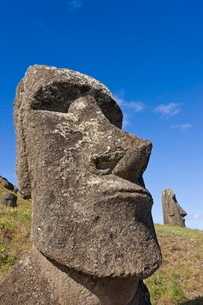 Giant monolithic stone Moai statues at Rano Raraku, Rapa Nui (Easter Island)の写真素材 [FYI03779709]