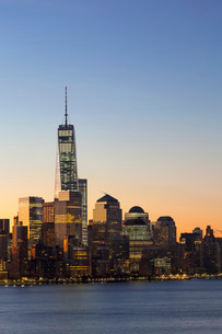 One World Trade Center and Downtown Manhattan across the Hudson River, New York United States of Ameの写真素材 [FYI03779762]