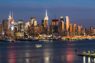 Manhattan, view of the Empire State Building and Midtown Manhattan across the Hudson River, New Yorkの写真素材 [FYI03779771]
