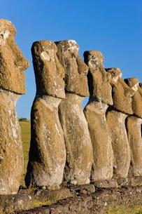 Row of monolithic stone Moai statues known as Ahu Akivi, Rapa Nui (Easter Island)の写真素材 [FYI03779779]