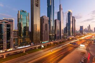 Sheikh Zayed Road, traffic and new high rise buildings along Dubai's main road, Dubai, United Arab Eの写真素材 [FYI03779791]