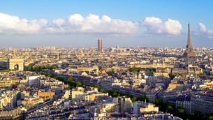 City, Arc de Triomphe and the Eiffel Tower, viewed over rooftops, Parisの写真素材 [FYI03779804]