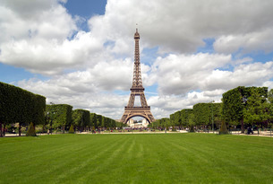Parc du Champ de Mars, Eiffel Tower, Parisの写真素材 [FYI03779806]