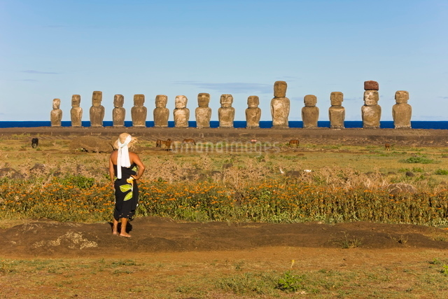 Ahu Tongariki, the largest ahu on the Island, Tongariki is a row of 15 giant stone Moai statues, Rapの写真素材 [FYI03779809]