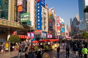 View looking along Nanjing Donglu, Shanghai's main pedestrianized shopping street, Shanghaiの写真素材 [FYI03779823]