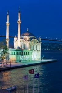 Elevated view over the Bosphorous Bridge and Ortakoy Camii Mosque (Buyuk Mecidiye Camii) in the trenの写真素材 [FYI03779837]