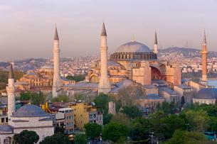 Elevated view of Aya Sofya (Sancta Sophia), in Sultanahmet, Istanbul, Turkeyの写真素材 [FYI03779839]