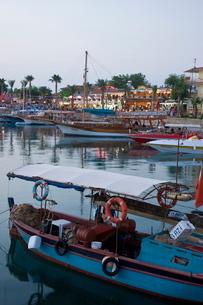 Boats lining the harbourside in Side coast, Anatolia, Turkey Minor, Eurasiaの写真素材 [FYI03779851]