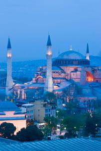 Elevated view of Aya Sofya (Hagia Sophia) (Sancta Sophia), in Sultanahmet, Istanbul, Turkeyの写真素材 [FYI03779856]