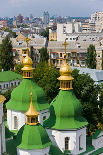 Elevated view of the green roof and gold domes of St. Sophia Cathedral, Kiev Ukraineの写真素材 [FYI03779864]