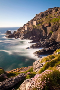 The remains of the Crown`s Shaft at Botallack Tin Mine, Cornwallの写真素材 [FYI03779889]